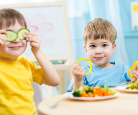 kids-with-healthy-food